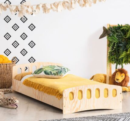 drewniane łóżko dziecięce ze stelażem